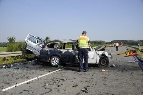 <p>Bei einem schweren Verkehrsunfall sind am Sonntagvormittag im Nordvogtland zwei Menschen ums Leben gekommen.</p>