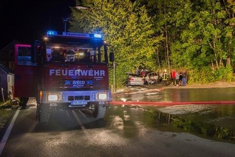 <p>Die örtlichen Feuerwehren rückten in der Nacht zum Montag zu einem Einsatz in Cranzahl aus.</p>