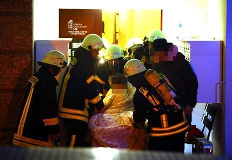 <p>Sie evakuierten 46 Bewohner und Verletzte über das Treppenhaus sowie zwei im Einsatz befindliche Drehleitern und löschten die Flammen.</p>