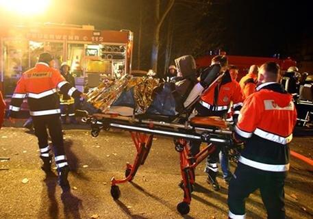 <p>Gegen 5.30 Uhr meldeten mehrere Notrufe den Brand. Feuerwehr und Rettungsdienst rückten daraufhin mit zahlreichen Einsatzkräften aus.</p>