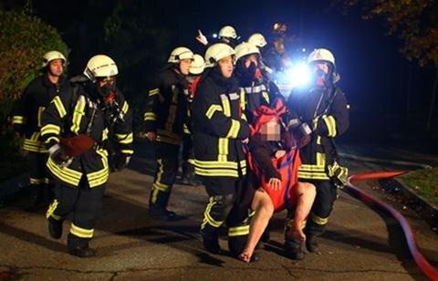 <p>Laut Polizei rettete ein Anwohner seinen Nachbarn aus der Wohnung, in der das Feuer ausgebrochen war. Beide kamen wegen des Verdachts auf Rauchvergiftung ins Krankenhaus. Weitere 7 Personen wurden ins Krankenhaus eingeliefert.</p>