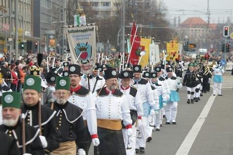 <p>Tausende Menschen säumten die Straßen entlang der Paradestrecke.</p>