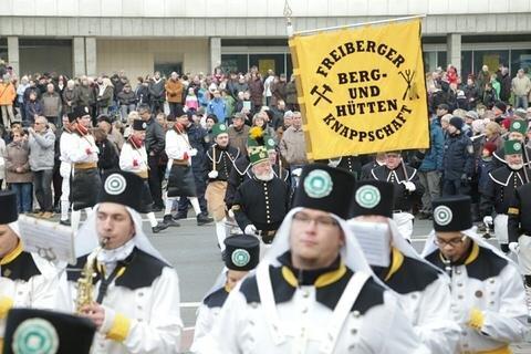 <p>Die größte Bergparade gibt es am 18. Dezember in Annaberg-Buchholz. An die Bergbautradition erinnern zudem die Mettenschichten, die heute noch etwa im Frohnauer Hammer oder in Ehrenfriedersdorf gefeiert werden. Die Mettenschicht war einst für Bergleute die letzte Schicht vor Weihnachten.</p>