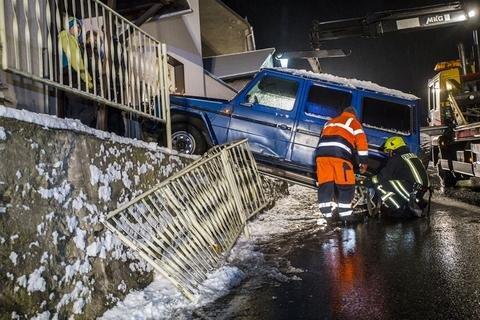 <p>Auf schneeglatter Fahrbahn krachte die Fahrerin bergabwärts gegen einen Bordstein und schleuderte gegen eine Mauer und ein Wohnhaus.</p>
