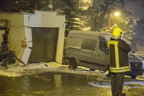 <p>Beide Fahrzeuge schlitterten 50 Meter die Straße hinab und krachten in eine Garage.</p>