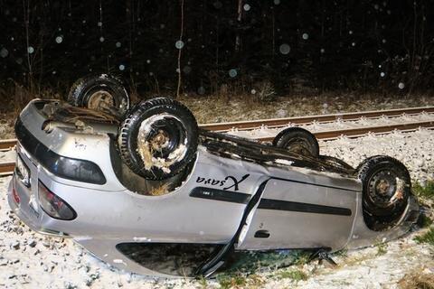 <p>Der Wagen landete auf dem Dach direkt neben dem Gleis der Bahnstrecke Johanngeorgenstadt - Zwickau.</p>