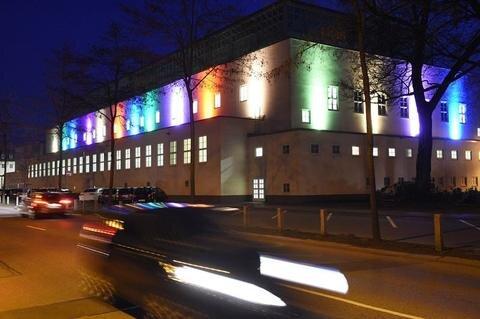 """<p>26. März: Mit farbig angestrahlten Fassaden wurden die Besucher der Stadt Chemnitz während der Ostertage begrüßt. Die Wirtschaftsfördergesellschaft CWE wollte damit sichtbar machen, dass Chemnitz eine offene Stadt ist, die alle willkommen heißt. An prominenten Gebäuden wie dem Stadtbad (Foto), dem Rathaus, der Stadthalle dem Museum Gunzenhauser und dem """"Freie Presse""""-Haus an der Brückenstraße setzten bunte Strahlen leuchtende Akzente.</p>"""