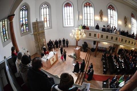 <p>31. März: Genau 30 Jahre lang musste sich die Burgstädter Kirchgemeinde um eine Leihgabe versammeln. Die Feier zum Osterfest bot endlich den festlichen Rahmen für die Weihe des neuen Altarraumes in der Stadtkirche.</p>