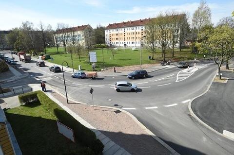 """<p>14. April: Ende des Jahres 2015 hatte das städtische Tiefbauamt die Vorfahrtsregelung auf der Kreuzung nahe der Matthäuskirche in Altendorf verändert – und damit eine echte """"Chaoskreuzung"""" geschaffen, wie viele der Anwohner schimpften. In den ersten Monaten 2016 wurde nachgebessert. Die Waldenburger Straße, die bisher schräg auf die Kreuzung zulief, wurde begradigt. Dadurch wurde die Bodelschwinghstraße nun vom eigentlichen Verkehrsknoten getrennt. Nach der Freigabe im Frühjahr gleicht der Bereich nun weniger einer Kreuzung als vielmehr einer abbiegenden Hauptstraße mit zwei Zufahrten. Errichtet wurde auch eine Mittelinsel für Fußgänger – zur """"Sicherheit besonders von Kindern"""", wie es aus dem Rathaus hieß. Zudem gilt an der Kreuzung seitdem Tempo 30.</p>"""