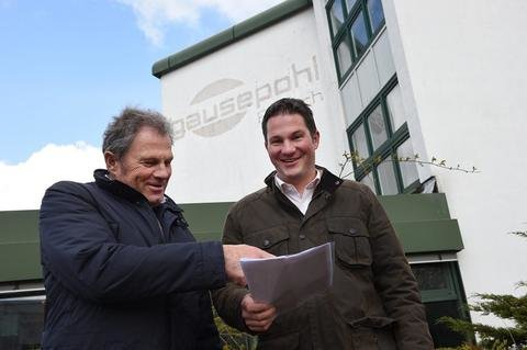 <p>6. Mai: Als er im Jahr 1996 eröffnet wurde, galt der Gausepohl-Komplex als einer der modernsten Schlachthöfe Deutschlands. Als er vor fünf Jahren geschlossen wurde, war er der letzte in Sachsen. Seither stand der Bau an der A 72 größtenteils leer. Das 35.000 Quadratmeter große Areal wird seit Jahresmitte jedoch zu einem Gewerbepark umgebaut. Anfang kommenden Jahres sollen dort erste Firmen ihren Betrieb aufnehmen, kündigten die neuen Eigentümer Reinhard (links) und Robert Fuchs im Mai an.</p>