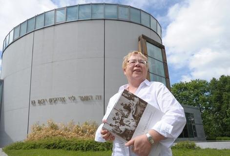 <p>18. August: Obwohl erst vor 14 Jahren gebaut, standen an der Synagoge Sanierungsarbeiten an. Grund waren undichte Dächer, nicht nur an dem Sakralbau, sondern auch am Gemeindehaus. Die Ursachen sollen nun nach und nach beseitigt werden, erläuterte Ruth Röcher (Foto), Vorsitzende der 600 Mitglieder zählenden Jüdischen Gemeinde.</p>