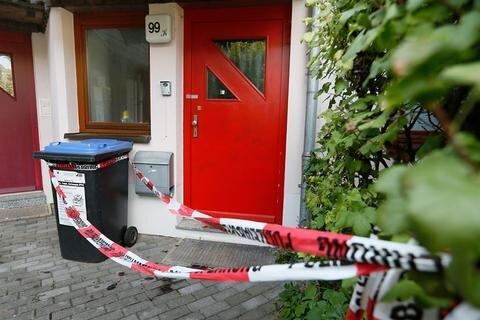 <p>13. September: Im Stadtteil Ebersdorf im Spätsommer wurde ein 58 Jahre alter Mann umgebracht, dessen Frau schwer verletzt. Eine Woche später nahm die Polizei einen Tatverdächtigen fest. Im November dann die Wende: Die Ehefrau wurde von Beamten der Mordkommission festgenommen und dem Haftrichter vorgeführt – offenbar hat sie die Tötung ihres Mannes beauftragt.</p>