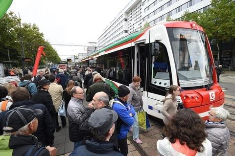 """<p>11. Oktober: Erstmals fuhr eine sogenannte City-Link-Bahn mit Fahrgästen von Burgstädt bis in die Chemnitzer Innenstadt. So solte das Umland noch besser an die Stadt angebunden werden. Sogenannte Zweisystemfahrzeuge verkehren sowohl auf Eisen- als auch auf Straßenbahnschienen, werden dabei entweder mit Diesel oder mit Strom angetrieben. Sie können deswegen im Überland- und im Stadtverkehr eingesetzt werden. Damit soll es Fahrgästen ermöglicht werden, umsteigefrei aus dem Umland ins Chemnitzer Zentrum und umgekehrt zu gelangen. Als die Bahn in den Hauptbahnhof einfuhr, hob sich ein Bügel zur Oberleitung. Auf der Strecke in die Innenstadt wurde sie dann vom Stromnetz gespeist. Am Roten Turm warteten hunderte Schaulustige, um die Bahn, auf deren Anzeigetafel der Schriftzug """"Hallo Chemnitz-City!"""" leuchtete, zu fotografieren. Oberbürgermeisterin Barabara Ludwig sprach von einem """"historischen Moment"""" – der etwas auf sich warten lassen habe. Denn eigentlich sollten die Fahrzeuge schon seit Monaten verkehren. Die Verzögerung begründete der Verkehrsverbund Mittelsachsen (VMS) mit Problemen unter anderem an Antriebsaggregaten und Kraftstoffanlagen. Die Probleme mit der Technik gibt es bis heute.</p>"""