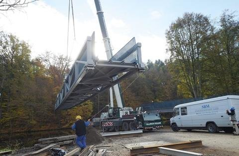 """<p>2. November: Wolkenburg bekam wieder eine Hängebrücke über die Zwickauer Mulde. Das charakteristische Bauwerk kostete insgesamt 1,1 Millionen Euro. Die vorher angebrachte """"Schaukelbrücke"""", war beim Hochwasser 2013 beschädigt worden.</p>"""
