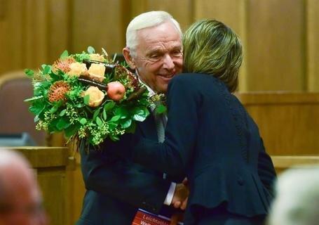 <p>Der Ehrenbürger: Peter Seifert, der langjährige Chemnitzer Oberbürgermeister, wurde im November mit der Ehrenbürgerschaft ausgezeichnet. Mit einer Umarmung bedankte sich seine Nachfolgerin Barbara Ludwig für Seiferts Verdienste um die Stadt.</p>