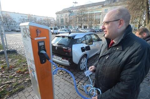 """<p>18. November: Das Nummernschild """"C-SV1 E"""" verrät es: Hier wurde ein besonderes Auto in Betrieb genommen. Der kleine Flitzer ist eines von erst gut 100 reinen Elektrofahrzeugen, die in Chemnitz angemeldet sind, und vor allem das allererste im Fuhrpark der Stadtverwaltung. Der BMW i3 wurde offiziell zum Fahrzeugpool der Stadt hinzugefügt. Er steht den Rathausmitarbeitern für Dienstfahrten zur Verfügung. Mit aufgeladener Batterie schafft er künftig im Schnitt 220 Kilometer, bis er neu an die Ladestation muss, erläuterte Thomas Muderlak von der BMW-Niederlassung Chemnitz. """"Unsere Erfahrung mit anderen Kunden zeigt: Das reicht in den allermeisten Fällen völlig aus."""" Stadtkämmerer Sven Schulze (Foto) hofft nun, das möglichst viele Mitarbeiter in den kommenden Monaten das Fahrzeug testen. Mitte kommenden Jahres soll es dann einen ersten Erfahrungsaustausch dazu geben.</p>"""