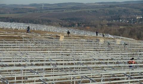 """<p>9. Dezember: Auf einem Teil der 2009 geschlossenen Mülldeponie am Weißen Weg, unweit der Dresdner Straße, installierte das Unternehmen Tisiba auf 2,7 Hektar Fläche knapp 8700 Solarmodule. In wenigen Wochen soll die Anlage ans Netz gehen. """"Mit der jährlich produzierten Leistung von 2,3 Megawatt könnten etwa 1000 Haushalte mit Strom versorgt werden"""", so Tino Rudolph, Chef der Firma.</p>"""