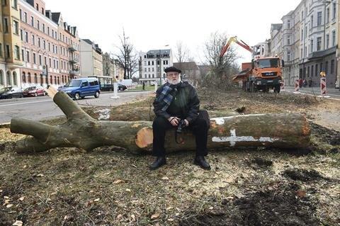 <p>2. Februar: Michael Backhaus hatte für den Erhalt des Grüns an der Reichenhainer Straße gekämpft. Aber: Mehr als 200 Bäume mussten der Bahntrasse zur Universität weichen. Nach dem Abschluss der Arbeiten sollen 417 neue Bäume gepflanzt werden.</p>