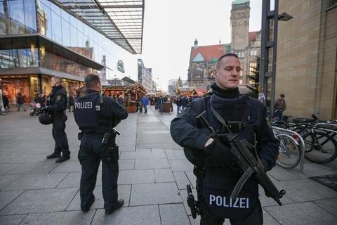 <p>21. Dezember: Nach dem Anschlag auf einen Weihnachtsmarkt in Berlin, versuchten Händler und Besucher des Chemnitzer Weihnachtsmarktes dem Geschehen in der Hauptstadt mit so viel Normalität wie möglich zu begegnen. Normalität? Polizisten mit Maschinenpistolen waren immer wieder an Zufahrten zu sehen. Auch wurde die Musik gedämpfter abgespielt.</p>