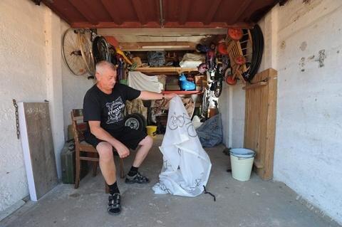 """<p>24. Juni: Ausgerechnet an seinem Geburtstag wurde die Garage des Moped-Sammlers Manfred Reinhardt aufgebrochen. Vier Oldtimer wurden ihm daraus gestohlen. Zwei bekam er durch """"Kommissar Zufall"""" drei Wochen später zurück – ein Modell fand man am Ufer der Würschnitz, ein anderes tauchte nach einer Polizeikontrolle an der Parkstraße wieder auf. Ärgerlich auch ein weiterer Diebstahl im Juni: Beim Radrennen """"Heavy 24"""" am Stausee entwendeten Täter Räder im Wert von 30.000 Euro.</p>"""