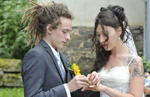 """<p>30. Juli: """"Ja, ich will"""" und """"Yes, I will"""": Die Vogtländerin Lydia Schweizer und der Kanadier Tyson McArthur geben sich auf dem Riedelhof in Eubabrunn das Ja-Wort. Die Auerbacherin lernt ihren Mann in Kanada kennen, entsprechend international sind die Gäste. Besonderheit: Bei der Hochzeit gibt es nur vegane Speisen, Braut und Bräutigam sind Veganer.</p>"""