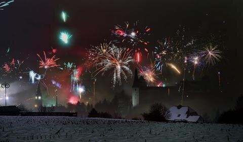 <p>1. Januar: Mit einem spektakulären Feuerwerk wird die neu gebildete Stadt Reichenbach im Vogtland begrüßt. Reichenbach und Mylau fusionieren zum Jahreswechsel und versuchen seither zusammenzuwachsen. Mylauer Burg und Stadtkirche bilden eine tolle Kulisse für das Feuerwerk.</p>