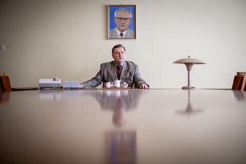 <p>15. März: Einen großen Auftritt hat der Generalintendant des Theaters Plauen-Zwickau, Roland May, in einer Rolle als DDR-Devisenbeschaffer Alexander Schalck-Golodkowski. Das MDR-Fernsehen dreht im März die Dokumentation über eine der mächtigsten und geheimnisvollsten Figuren der DDR, Stasi-Oberst, Strippenzieher und Wirtschaftsfachmann. Ausgestrahlt wird sie dann im Juli.</p>
