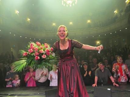"""<p>23. April: Applaus, für dieses Album: Stefanie Hertel hat eine Vogtland-CD veröffentlicht. Titel: """"Mein Vogtland – Mei Haamet"""". Im König-Albert-Theater von Bad Elster stellt sie das Album vor – und bekommt viele gute Kritiken dafür.</p>"""