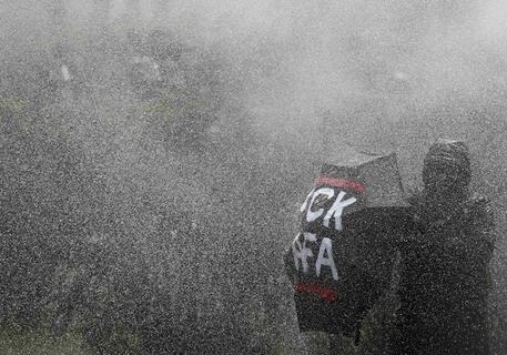 <p>1. Mai: Plauen im Ausnahmezustand: Bei Demonstrationen von je 1000 Rechts- und Linksextremen setzt die Polizei Wasserwerfer und Pfefferspray ein. Die Beamten waren von Neonazis angegriffen worden, es gibt fünf verletzte Beamte. Auf der Flucht vor den Wasserwerfern beschädigen die Nazis ein Schulgelände.</p>