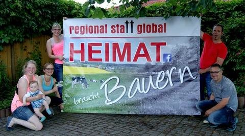 <p>25. Juni: Landwirte aus dem Vogtland wehren sich auf gewitzte Weise gegen den Milchpreisverfall. Großplakate weisen an vielen Orten der Region auf die Sorgen der Bauern hin, für den 1. Juli wird ein gemeinsames Milchtrinken organisiert. Besucher der Aktion kommen wiederum mit Landwirten ins Gespräch. Foto: Sivia Kölbel</p>