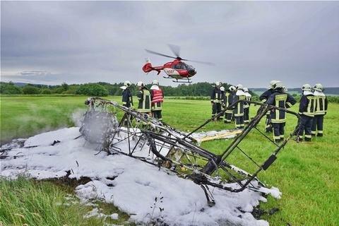 <p>16. Juni: Ein Ultraleichtflugzeug stürzt nach einem missglückten Startversuch auf dem Auerbacher Flugplatz ab und geht kurz darauf in Flammen auf, für die Feuerwehr gibt es nicht mehr viel zu löschen. Doch das Unglück geht trotzdem glimpflich ab: Der 62-jährige Pilot kann sich rechtzeitig aus dem Wrack retten und bleibt nach eigenen Angaben völlig unverletzt. Kurz darauf sitzt er im Flugplatz-Gebäude. Der sofort alarmierte Rettungshubschrauber (im Bild) fliegt ohne ihn ab. Ursache für den Absturz sind offenbar widrige Wetterbedingungen. </p>
