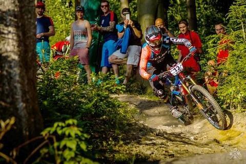 <p>31. Juli: Spektakel auf schmalen Reifen: In der Bikewelt Schöneck finden zum zweiten Mal Deutsche Meisterschaften im Mountainbike-Enduro statt. Sieben zum Teil waghalsige Prüfungen haben die rund 400 Elitefahrer aus ganz Deutschland zu meistern. Auch zwei Vogtländer mischen mit – Mirjam Kuhn aus Jößnitz kommt bei den Frauen auf Platz 8, der Syrauer André Wagenknecht wird Zehnter der Männer-Elite.</p>