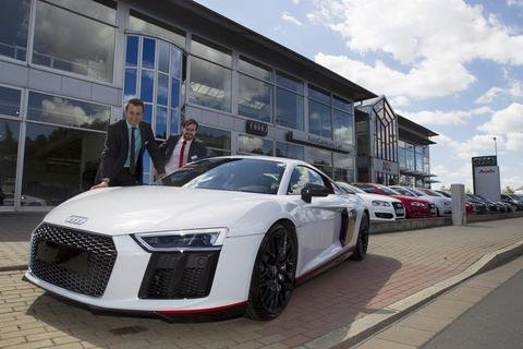 <p>22. Juli: Acht Exemplare einer Sonder-Edition des R8 Coupé V10 plus verkauft Audi deutschlandweit – eines kommt ins Vogtland. Sein Besitzer muss tief in die Tasche greifen: 229.000 Euro kostet das limitierte Stück. Doch Geld allein reicht nicht. Verkäufer Tony Hennig und Christopher Carl (von links) bieten es gezielt einem Stammkunden an. Der muss nicht lange überlegen und greift zu.</p>