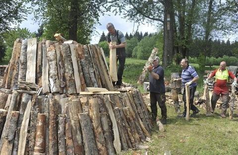 <p>28. Mai: Ein Meiler entsteht in Muldenberg: Knapp drei Meter hoch und sechs Meter im Durchmesser ist der Kegel, den der Flößerverein Muldenberg aufbaut. Fast 30 Raummeter Birkenholz müssen die Mitglieder dafür spalten und heranwuchten. 250 Sack Holzkohle werden anschließend verkauft.</p>