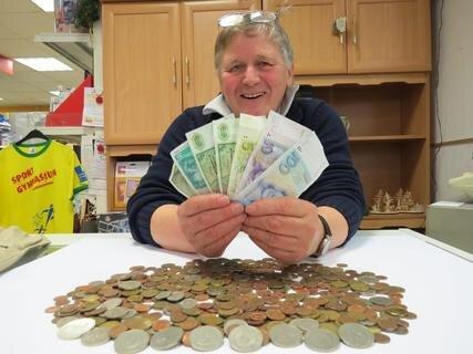 <p>7. Dezember: Auch fast 15 Jahre nach der Einführung des Euro ist die D-Mark Zahlungsmittel – und zwar im Schreibwarengeschäft von Horst Deglau in Klingenthal. 3000 Mark nimmt er in diesem Jahr ein. Deglau tauscht sie bei der Bundesbank in Chemnitz in Euro um.</p>