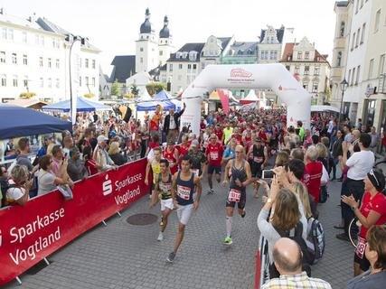 <p>25. September: Mehr als 2000 Teilnehmer bei strahlendem Sonnenschein – der Sparkassenmarathon in Plauen ist beste Werbung fürs Vogtland. Alle sind happy. Bei der Abschlussparty lässt man's deshalb ordentlich krachen.</p>