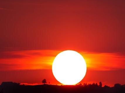 <p>14. September: Ein Sonnenuntergang, wie er für einen Septembertag nur selten im Vogtland zu erleben ist: Das eindrucksvolle Naturschauspiel, das an südliches Urlaubsflair erinnert, wird an einem Sonntagabend mit spezieller Kameratechnik nahe Reuth im Bild festgehalten. Links neben der Sonne thront die Reuther Linde. Nach einigen weiteren Tagen mit wolkenlosem Himmel und romantischen<br /> Sonnenuntergängen ist es dann mit dem Hochsommer im Vogtland für dieses Jahr aber endgültig vorbei. Regen und deutlich niedrigere Temperaturen kündigen den Herbst an.</p>