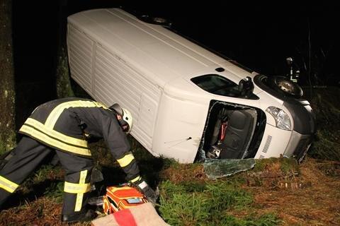 """<p xmlns:php=""""http://php.net/xsl"""">Schwer verletzt hat sich der Fahrer eines Transporters am Sonntagabend bei einem Unfall entlang eines Waldweges zwischen Carlsfeld und Schönheide.</p>  <p></p>"""