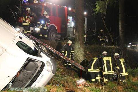 """<p xmlns:php=""""http://php.net/xsl"""">Ingesamt waren fast 50 Einsatzkräfte der Feuerwehren auch aus Eibenstock, Wildenthal und Schönheide sowie Notarzt samt Sanitäter und Polizisten bis in die Nacht des ersten Weihnachtsfeiertages im Einsatz.</p>"""