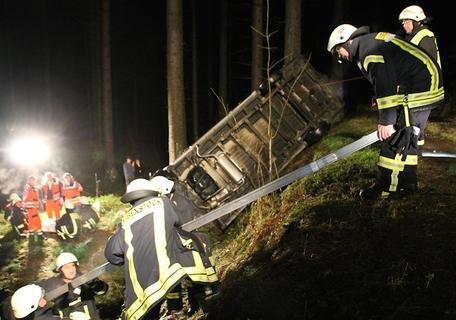 """<p xmlns:php=""""http://php.net/xsl"""">Der Transporter wurde durch einen Kran in den Nachtstunden geborgen.</p>"""