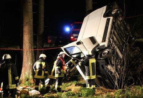 """<p xmlns:php=""""http://php.net/xsl"""">Der junge Mann hatte die unbefestigte Forststraße mit seinem Fiat aus Richtung Schönheide befahren.</p>"""