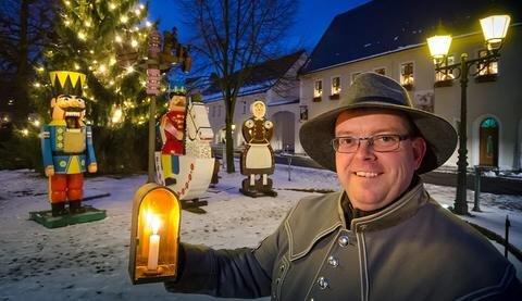 """<p>6. Januar: Die drei Olbernhauer Marktfiguren sowie der Weihnachtsbaum mit seinen knapp 220 Lichtern bleiben erstmals länger stehen. """"Das ist ein Novum, seit die Figuren im Jahr 1951 an diesem Platz aufgestellt wurden"""", sagt Udo Brückner, Geschäftsführer des Olbernhauer Tourismusvereins (Foto). Seinen Worten zufolge sind die Figuren ein Alleinstellungsmerkmal der Stadt. Auch später anreisende Touristen können sie nun bestaunen: bis Mariä Lichtmess am 2. Februar.</p>"""