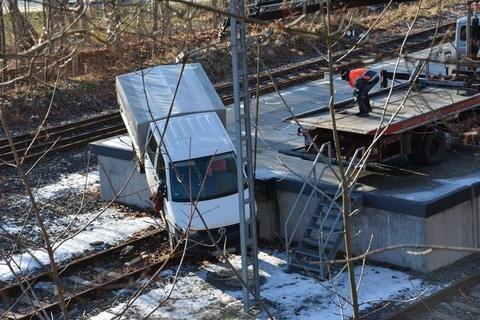 <p>9. Januar: Wollte hier ein Autofahrer auf dem Bahnhof Marienberg Zug spielen? Das Heck hängt noch auf der Laderampe, der vordere Teil des VW-Transporters liegt bereits im Gleisbett. Der Unfallhergang bleibt offen. Nur mit Mühe gelingt es Mitarbeitern eines Abschleppdienstes, das Fahrzeug zu bergen.</p>