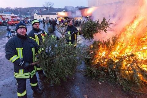 <p>11. Januar: Ausgediente Weihnachtsbäume in Flammen: Knutbrennen nennt die Burkhardtsdorfer Feuerwehr die zur Tradition gewordene Veranstaltung an der Eurofoam Arena, bei der mehr als 20 Bäume lodern. Die Kameraden der freiwilligen Feuerwehr kontrollieren das Feuer.</p>