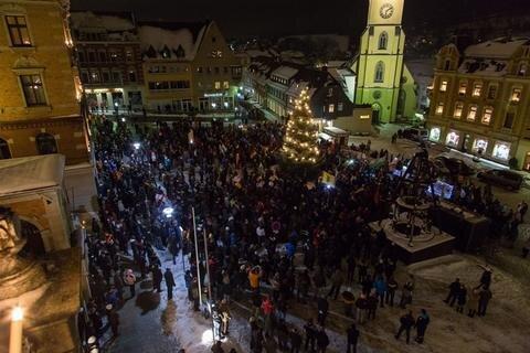 <p>25. Januar: Protestabend in Stollberg: Dabei stehen sich Asylkritiker auf der einen und Gegendemonstranten auf der anderen Seite der Jakobikirche gegenüber. Die Polizei sichert die Kundgebungen mit 120 Einsatzkräften ab. Sie verlaufen trotz harscher Worte der Asylkritiker friedlich.</p>