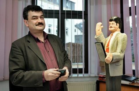 <p>25. Februar: Im Amtsberger Rathaus gibt es zwei Bürgermeister. Sylvio Krause hat seinem hölzernen Konterfei einen Platz in der Amtsstube eingeräumt. Die Schnitzer hatten ihren Ortschef zum 50. Geburtstag mit der 90 Zentimeter großen Figur aus Lindenholz überrascht.</p>