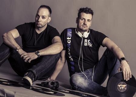 """<p>9. März: Das DJ-Duo Stereoact aus dem Erzgebirge hat es geschafft: Sebastian Seidel (DJ Rixx) und Rico Einenkel (DJ Ric) alias Steroact erhalten in einer Mail von ihrer Hamburger Plattenfirma die Nachricht, dass ihre Single """"Die immer lacht"""" 200.000 Mal verkauft ist. Dafür bekommen die beiden eine Goldene Schallplatte. Die Erfolgsgeschichte des Liedes geht weiter. 800.000 Mal ist die Single bis November verkauft. Und weil in solchen Fällen Goldene Schallplatten nicht mehr ausreichen, heißt das Doppel-Platin.</p>"""