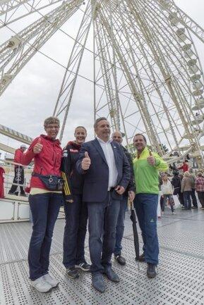 <p>27. Mai: Annabergs Oberbürgermeister Rolf Schmidt (Mitte) schafft es, die 42 Gondeln des Riesenrades zu füllen und gewinnt damit eine Wette. Zu der haben ihn die Schausteller der 496. Kät herausgefordert. Die Schausteller erweisen sich als großzügige Verlierer: Sie spendieren 1315 Euro für eine Kindertagesstätte.</p>