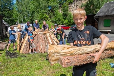 <p>8. Juni: Schüler der Grundschule Sosa, darunter Raphaél Lange (vorn), bauen in der Schauköhlerei einen eigenen Meiler auf. Der Grund: Seit diesem Schuljahr gibt es an der Schule eine Köhler-Arbeitsgemeinschaft. Die Kinder durften nach dem Anzünden und Abkühlen die selbst gemachte Kohle mit nach Hause nehmen. In dem Meiler wurden rund drei Festmeter Holz aufgeschichtet.</p>