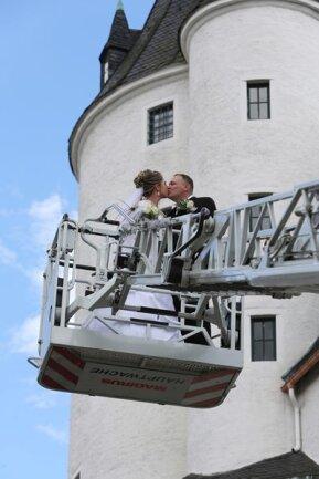"""<p>20. Juni: Susi und Thomas Götz aus Johanngeorgenstadt sind nach der Trauung mit der großen Drehleiter der Freiwilligen Feuerwehr Schwarzenberg im wahrsten Sinne des Wortes in den siebten Himmel der Liebe geschwebt. Zuvor hat sich das Paar auf Schloss Schwarzenberg das Jawort gegeben. Während der 34-jährige Thomas Götz als stellvertretender Johanngeorgenstädter Wehrleiter das Gefühl, mit einer Leiter nach oben gefahren zu werden, durchaus kennt, war die Aktion für die 31-jährige Braut eine echte Überraschung und eine Premiere. """"Ich habe glücklicherweise keine Höhenangst"""", sagt Susi Götz, nachdem sie wieder festen Boden unter den Füßen hat. Die beiden kennen sich seit 2013. Mittlerweile krönt ihre Liebe auch der kleine Sohn Tim.</p>"""